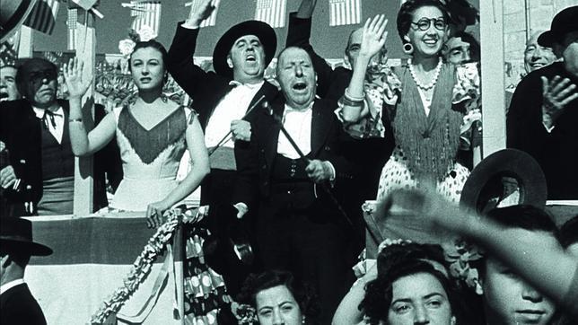 Las fuerzas vivas del pueblo reciben, con el entusiasmo que se merece, a Susana Diaz en la puerta del Casino.