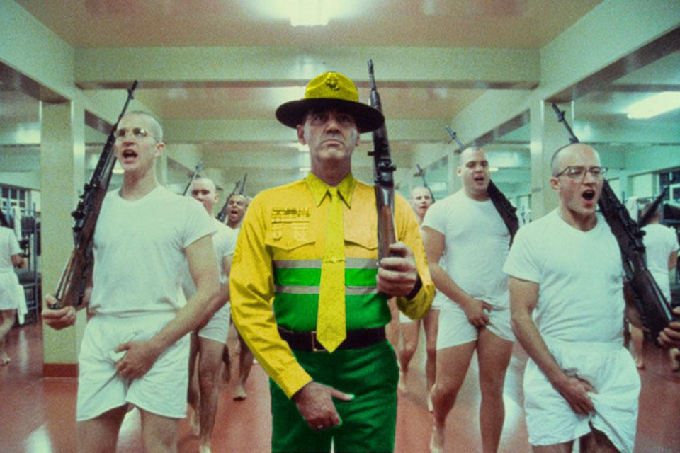 El sargento Hartman en plena instrucción de los empleados municipales de limpieza.